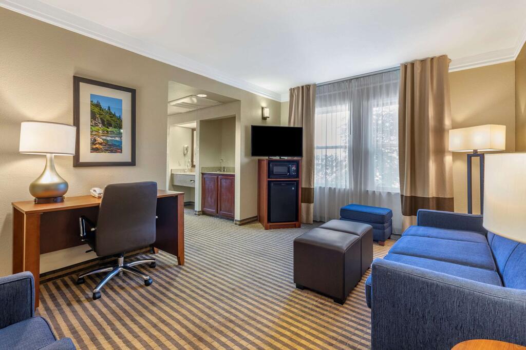 Comfort Suites Visalia Convention Center 10