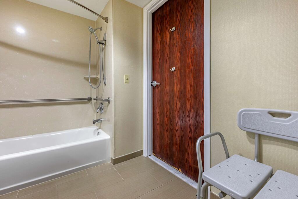 Comfort Suites Visalia Convention Center 11