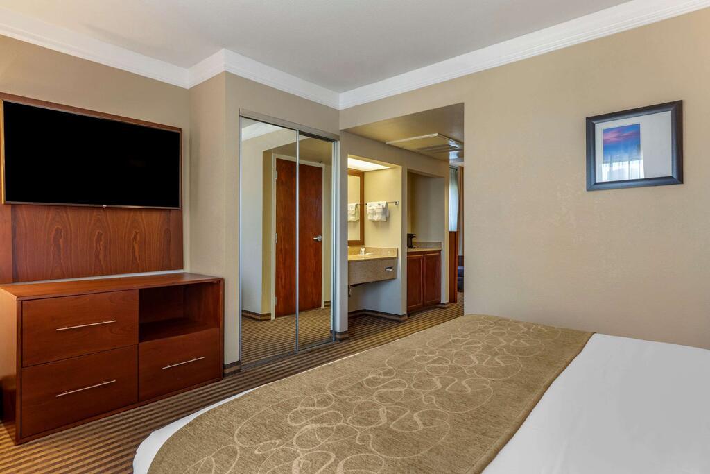 Comfort Suites Visalia Convention Center 8
