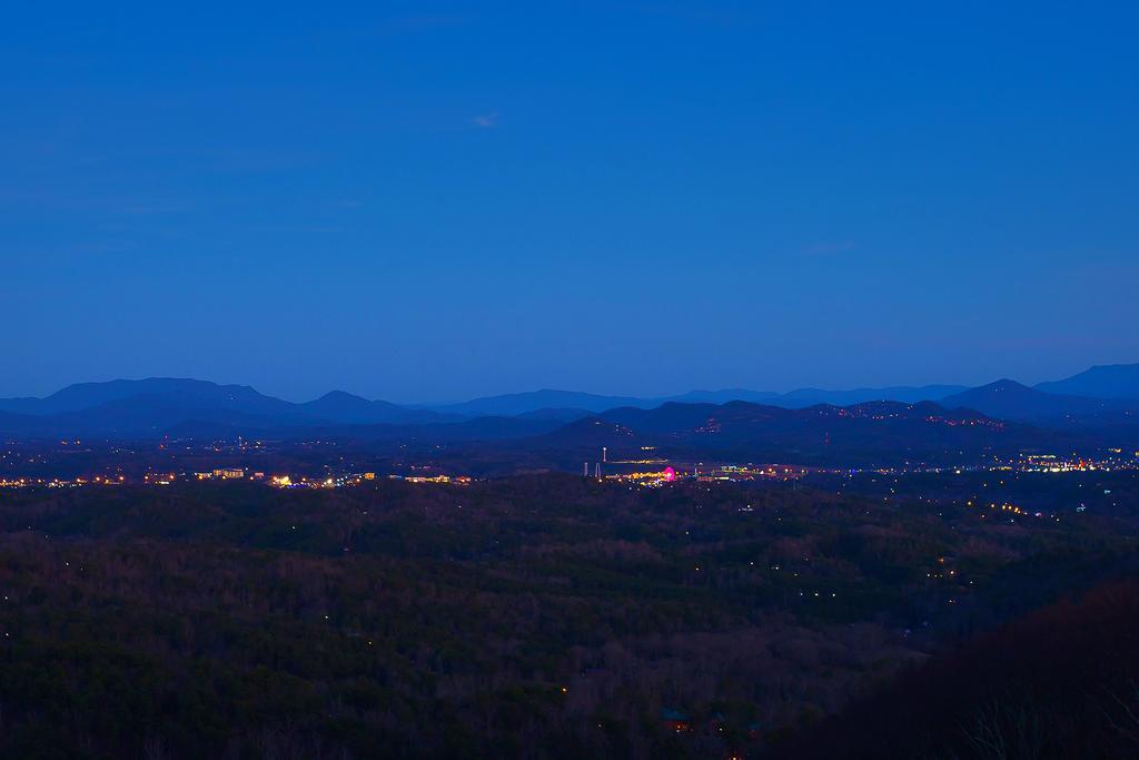 Radiant View: Views! Top Amenities 2