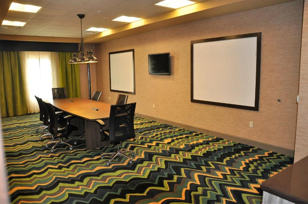 Holiday Inn Express & Suites Perry, an IHG Hotel 7